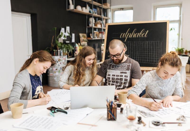 Lezing en opleiding in kalligrafiebureau voor een groep mensen stock foto
