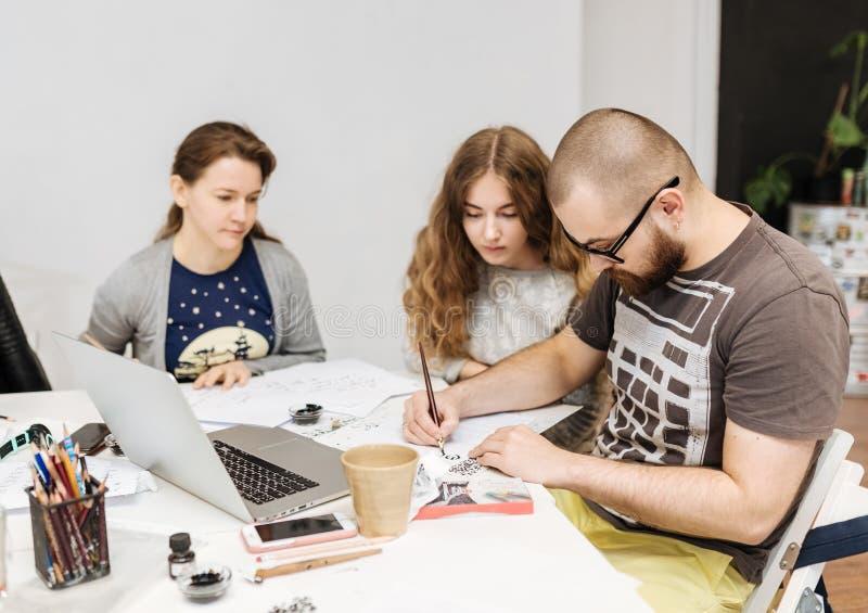 Lezing en opleiding in kalligrafiebureau voor een groep mensen stock afbeelding