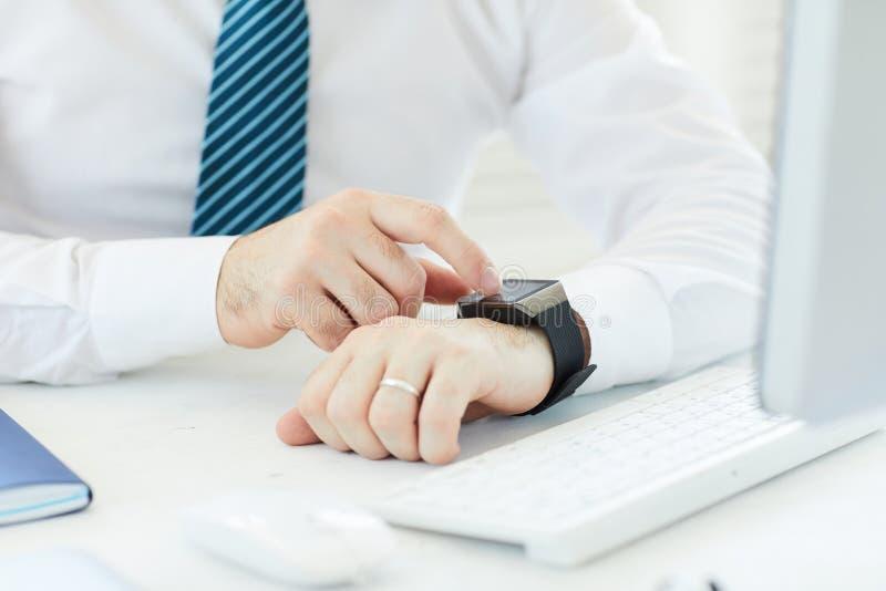 Lezingsbericht op smartwatch royalty-vrije stock foto's