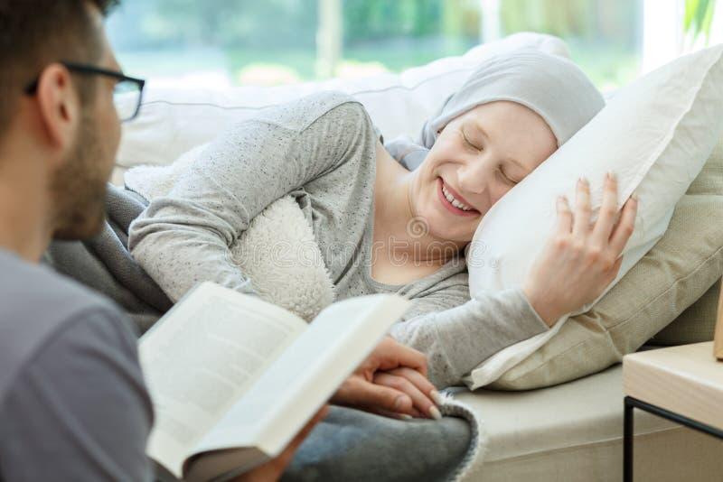 Lezingsboek aan kankeroverlevende royalty-vrije stock foto