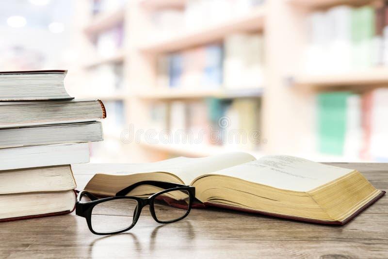 Lezingsboeken in de bibliotheek royalty-vrije stock afbeelding