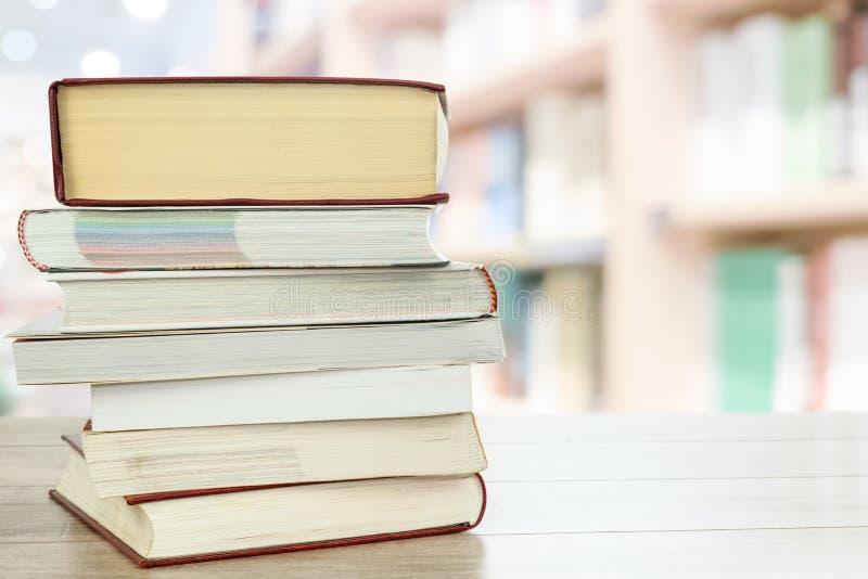 Lezingsboeken in de bibliotheek royalty-vrije stock foto's