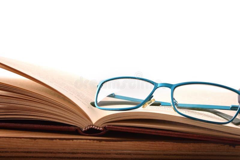 Lezingsglazen op houten lijst met open boekvoorzijde royalty-vrije stock afbeelding