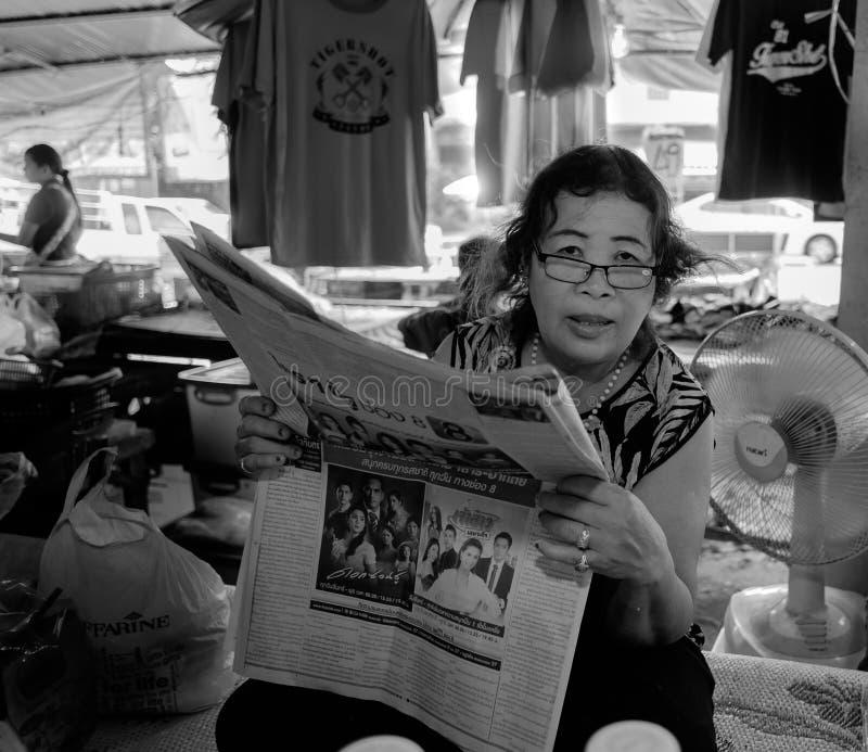 Lezingsvrouw, Mae Phim-markt thailand stock foto