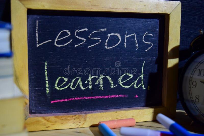 Lezione appresa su scritto a mano variopinto di frase sulla lavagna fotografia stock