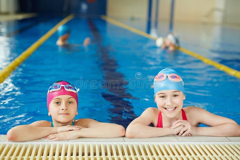 Lezione del PE nella piscina fotografia stock