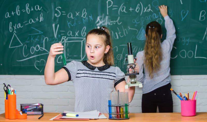 Lezione di biologia Miglioramento della medicina moderna Ricerca in chimica Bambini che per mezzo del microscopio esperimenti di  fotografia stock