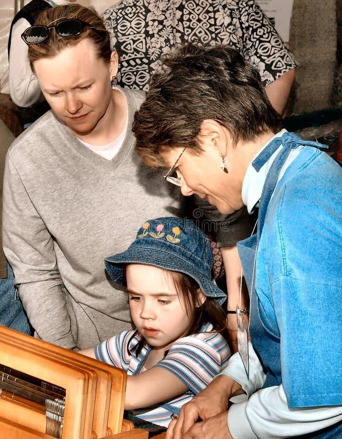 Lezione di tessitura del bambino alla fiera immagini stock