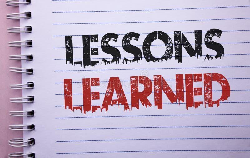 Lezioni del testo di scrittura di parola istruite Concetto di affari per le esperienze che dovrebbero essere considerate in futur fotografie stock libere da diritti