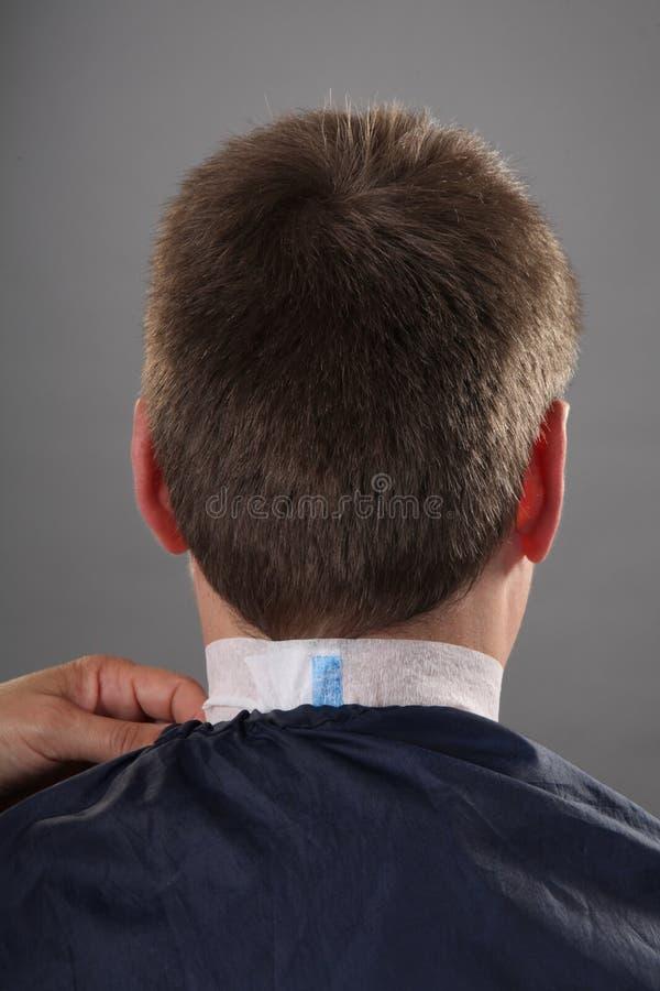 Lezioni delle acconciature degli uomini di lavoro di parrucchiere immagini stock libere da diritti