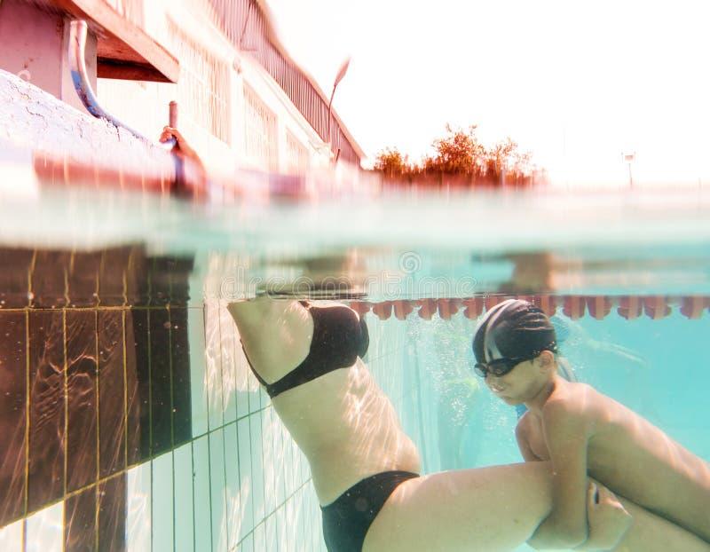 Lezioni di immersione subacquea Madre ed suo figlio nel nuoto immagini stock libere da diritti