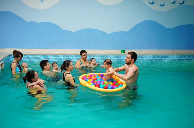 Lezioni di nuoto del bambino fotografia stock libera da diritti