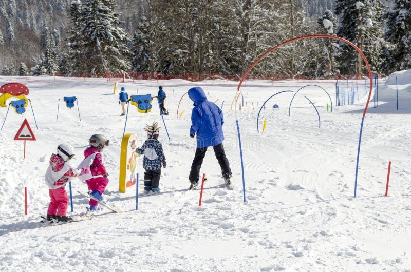 Lezioni di sci per i bambini alla stazione sciistica Krasnaya Polyana Russia fotografia stock libera da diritti