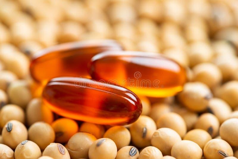Lezithingel-Pillenkapsel mit Sojabohnenölhintergrund stockfoto