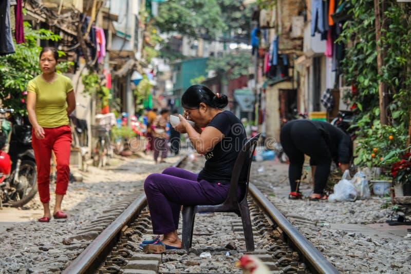 Lfe στο τραίνο Strret του Ανόι στοκ φωτογραφία