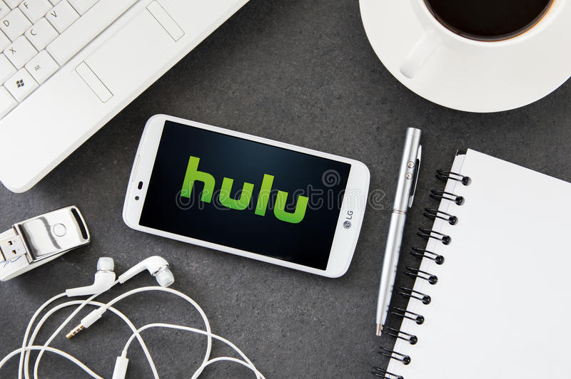 LG K10 με την εφαρμογή Hulu που βάζει στο γραφείο στοκ φωτογραφία με δικαίωμα ελεύθερης χρήσης