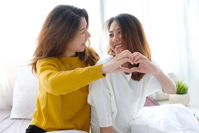 LGBT,年轻逗人喜爱的亚洲妇女女同性恋的夫妇愉快的片刻,友谊,同性恋,女同性恋的夫妇生活方式 库存照片