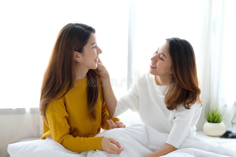 LGBT,年轻逗人喜爱的亚洲妇女女同性恋的夫妇愉快的片刻,友谊,同性恋,女同性恋的夫妇生活方式 免版税库存照片