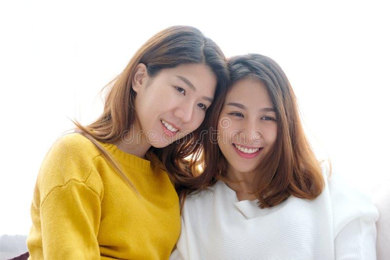 LGBT,年轻逗人喜爱的亚洲妇女女同性恋的夫妇愉快的片刻,友谊,同性恋,女同性恋的夫妇生活方式 库存图片