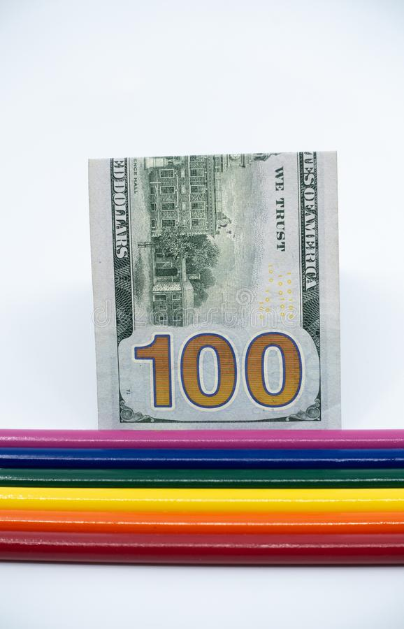 LGBT и радуга гей-парада покрасили карандаши со счетом $100 против белой предпосылки Концепция равности и разнообразия - изображе стоковые фотографии rf
