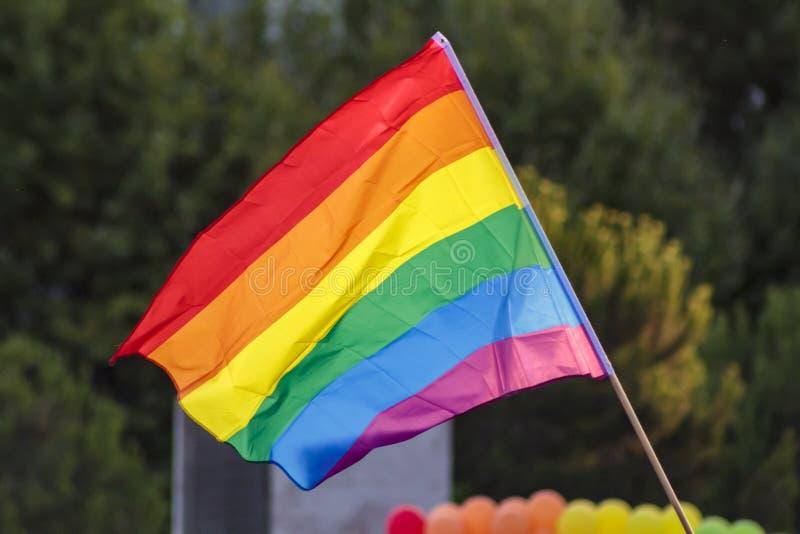 LGBT-Regenbogenstolz fahnenschwenkend stockfoto