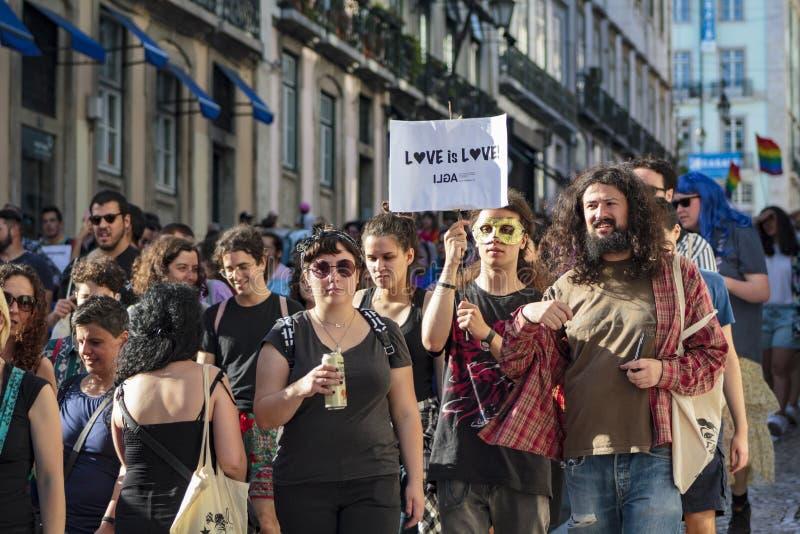 LGBT-stolthet ståtar i Lissabon arkivbilder