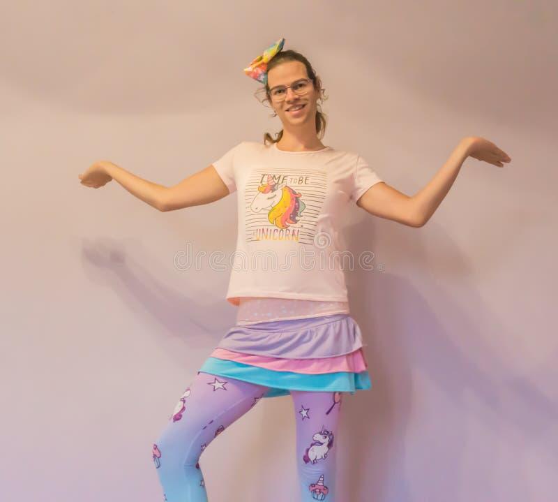LGBT transgender śmieszna dziewczyna w jednorożec kawaii stroju robi tutaj jestem pozą fotografia stock