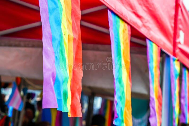 LGBT-vlaggen op boxen van Pride Festival Weekend in de Marktvierkant van Liefdenorthampton royalty-vrije stock fotografie
