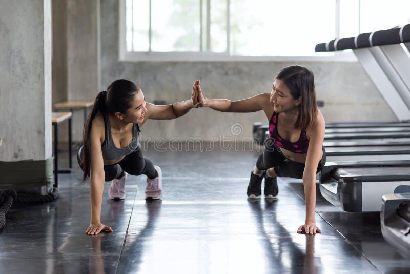 Fitnessräume Lesbisch Asiatisch
