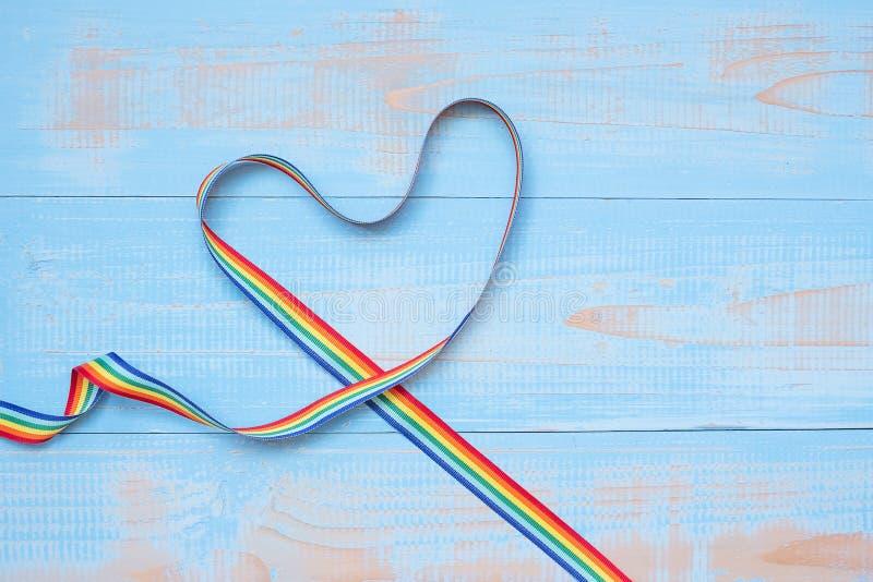 LGBTQ met de Regenbooglint van de hartvorm op blauwe pastelkleur houten achtergrond voor Lesbienne, Vrolijk, Biseksueel, Transsex royalty-vrije stock fotografie