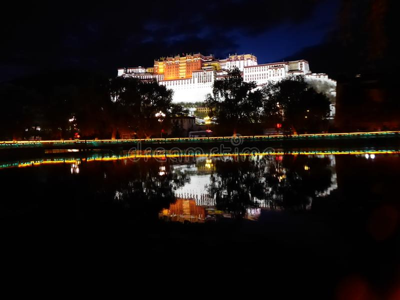 Lhasa布达拉宫湖夜视图 库存照片