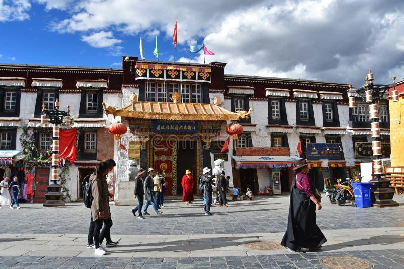 Θιβέτ, Lhasa, Κίνα, 02 Ιουνίου, 2018 Άνθρωποι που περπατούν κοντά στην είσοδο στο μουσείο στην αρχαία οδό Barkhor σε Lhasa, Θιβέτ στοκ εικόνες
