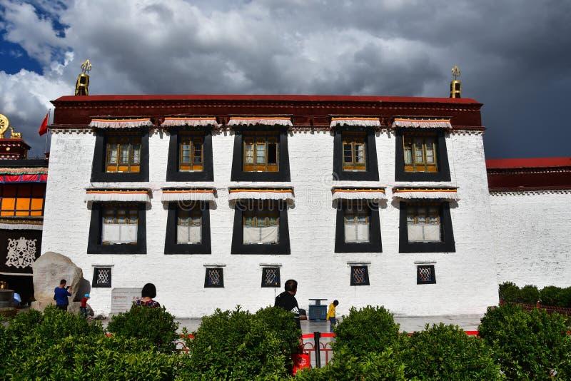 Θιβέτ, Lhasa, Κίνα, 02 Ιουνίου, 2018 Θιβέτ, Lhasa Άνθρωποι που περπατούν κοντά στον αρχαίο βουδιστικό ναό Jokhang στοκ εικόνες