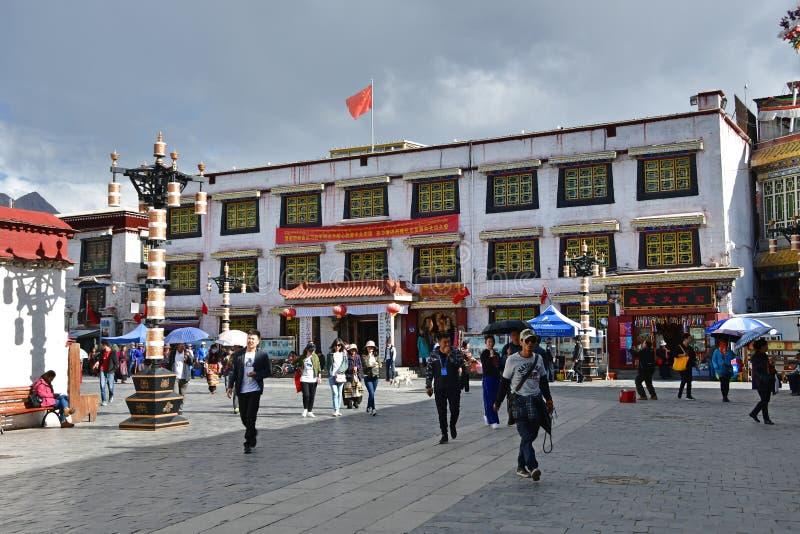 Θιβέτ, Lhasa, Κίνα, 02 Ιουνίου, 2018 Άνθρωποι που περπατούν στο ιστορικό κέντρο Lhasa στοκ εικόνα με δικαίωμα ελεύθερης χρήσης