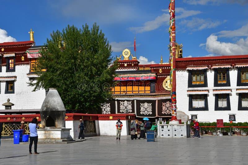 Θιβέτ, Lhasa, Κίνα, 02 Ιουνίου, 2018 Θιβέτ, Lhasa Άνθρωποι που περπατούν στο τετράγωνο δίπλα στο ναό Jokhang τον Ιούνιο στοκ εικόνες