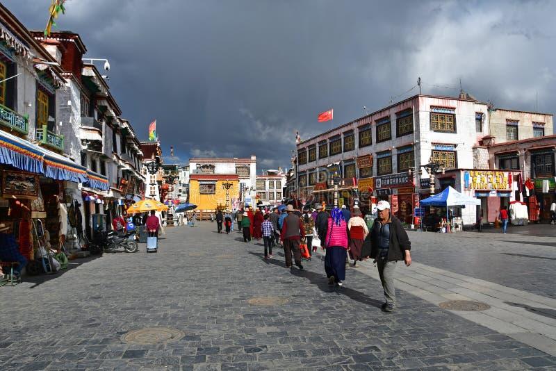 Θιβέτ, Lhasa, Κίνα, 02 Ιουνίου, 2018 Οι άνθρωποι περπατούν κατά μήκος της αρχαίας οδού Barkhor μια θερινή ημέρα στο νεφελώδη καιρ στοκ εικόνες με δικαίωμα ελεύθερης χρήσης