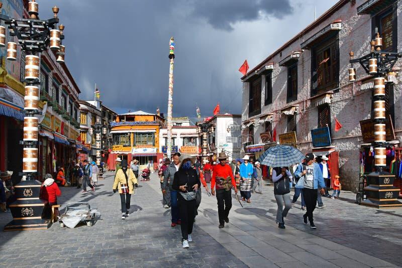 Θιβέτ, Lhasa, Κίνα, 02 Ιουνίου, 2018 Οι άνθρωποι περπατούν κατά μήκος της αρχαίας οδού Barkhor μια θερινή ημέρα στο νεφελώδη καιρ στοκ φωτογραφίες με δικαίωμα ελεύθερης χρήσης