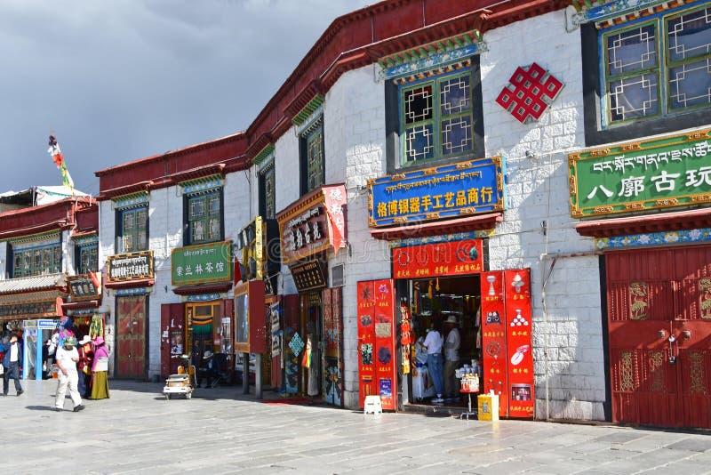 Θιβέτ, Lhasa, Κίνα, 02 Ιουνίου, 2018 Πώληση των αναμνηστικών στην αρχαία οδό Barkhor Θιβέτ, Lhasa στοκ εικόνες