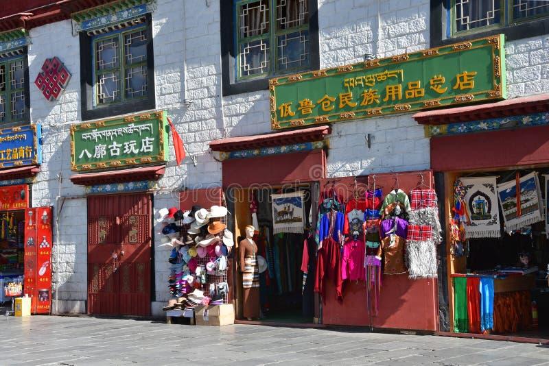 Θιβέτ, Lhasa, Κίνα, 02 Ιουνίου, 2018 Πώληση των αναμνηστικών στην αρχαία οδό Barkhor Θιβέτ, Lhasa στοκ εικόνα με δικαίωμα ελεύθερης χρήσης