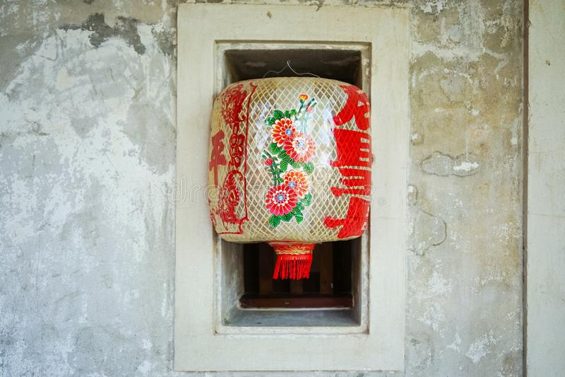 Lhong 1919年,与红色文字的白色lampion在墙壁上 免版税库存照片