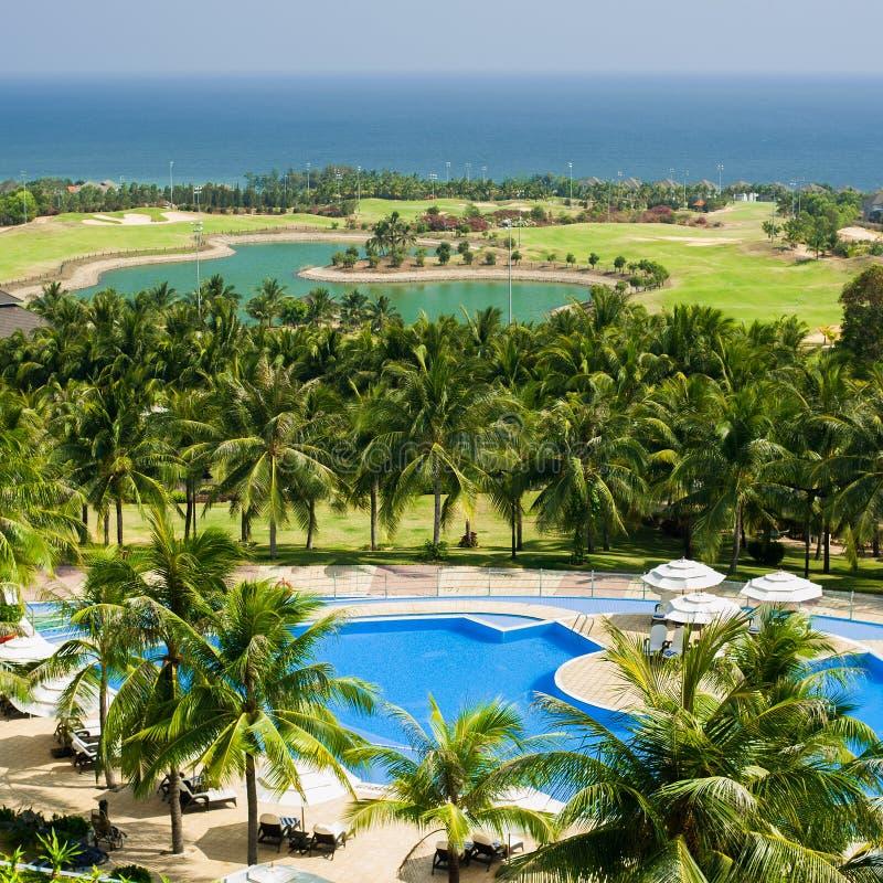 Lhotel tropical com campo da piscina e do golfe NE DE MUI, VIETNAM foto de stock royalty free