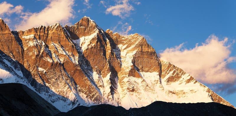 Lhotse, εξισώνοντας την άποψη ηλιοβασιλέματος Lhotse και των σύννεφων στοκ εικόνα με δικαίωμα ελεύθερης χρήσης