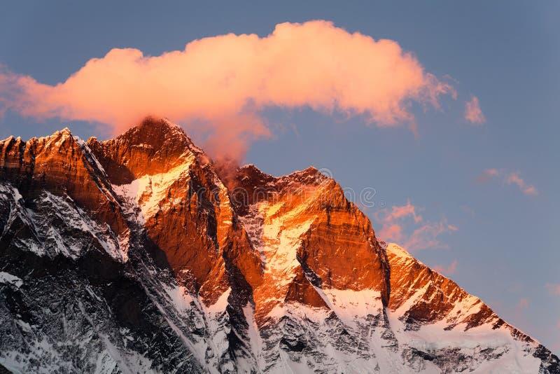 Lhotse, nivelando a opinião do por do sol de Lhotse e de nuvens imagem de stock