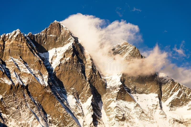 Lhotse, nivelando a opinião do por do sol de Lhotse e de nuvens fotos de stock royalty free