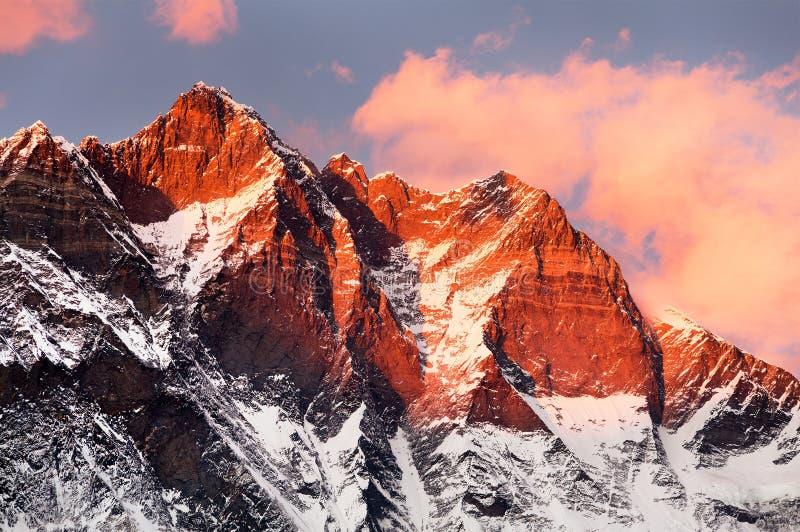 Lhotse, nivelando a opinião do por do sol de Lhotse e de nuvens imagens de stock royalty free