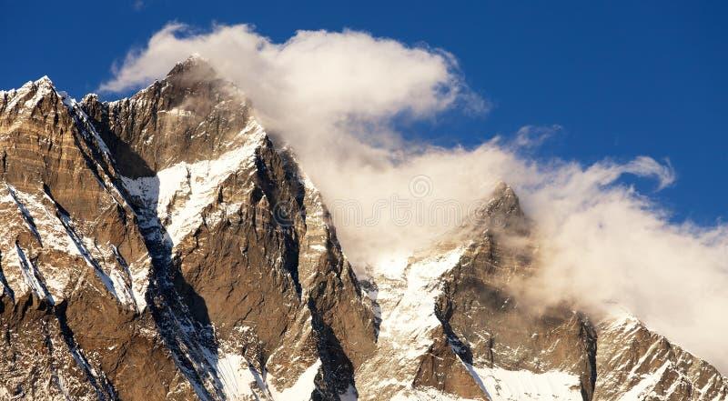 Lhotse, uguagliando vista di tramonto di Lhotse e delle nuvole fotografie stock