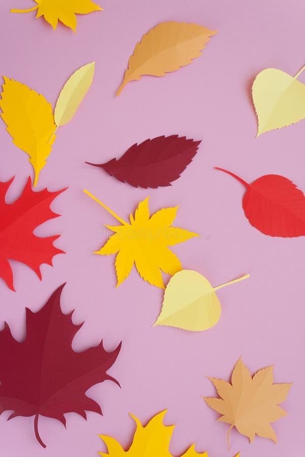 Liście papierowa spadek czerwień, pomarańcze, żółty liścia spadek Różowy tło fotografia royalty free