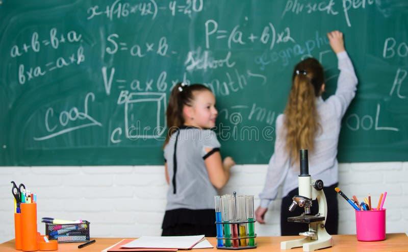Lição da biologia Pesquisa da química experiências da ciência no laboratório de química Meninas no laboratório da escola Química fotografia de stock