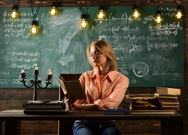 Lição da literatura com livro da gramática Pesquisa do detetive privado informação Nova tecnologia na educação escolar moderna fotografia de stock