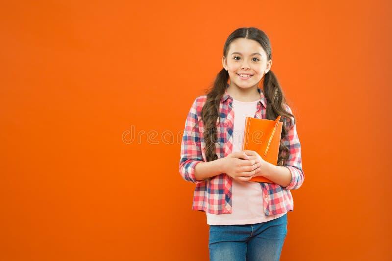 Lição da literatura De volta ? escola poesia e novela Instru??o moderna Educa??o home a menina da escola leu o livro na laranja fotografia de stock